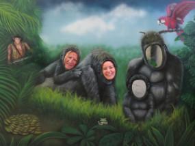 Muurschildering buiten jungle zoogorilla's