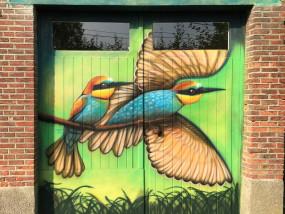 Muurschildering buiten deur garage vogels